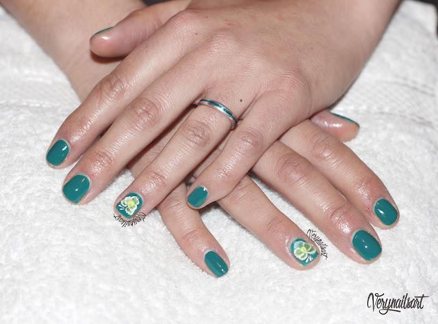 Diseño de uñas decoradas con flores en 3D