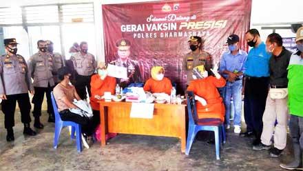 Gerai Vaksin Presisi Polres Dharmasraya Sasar Perkebunan Sawit