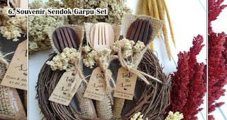 Souvenir Sendok Garpu Set Box merupakan salah satu inspirasi souvenir pernikahan yang menarik dan berkesan
