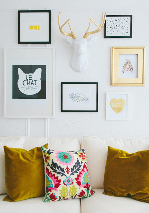 12 alternative items to hang on a gallery art wall | Image via The Everygirl.