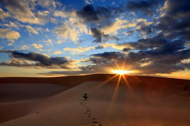 """Khi những tia nắng sớm mai chiếu xuống, cát sẽ tỏa màu trắng tinh rồi dần chuyển sang màu vàng rực, đến lúc chiều tà lại khoác cho mình một lớp áo màu xám trắng. Đây quả thật là một điều kì diệu và thật đúng với mệnh danh của nó """"Thiên đường cát của Quảng Bình""""."""