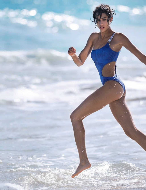 Chân dài Victorias Secret thả dáng hút mắt trên biển