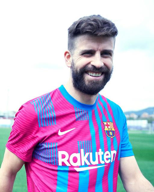بيكيه بقميص برشلونة الأساسى الجديد لموسم 2021/2022