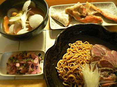 夕食の献立 ホタテの稚貝は味噌汁、汁なし鴨蕎麦(シマダヤ)