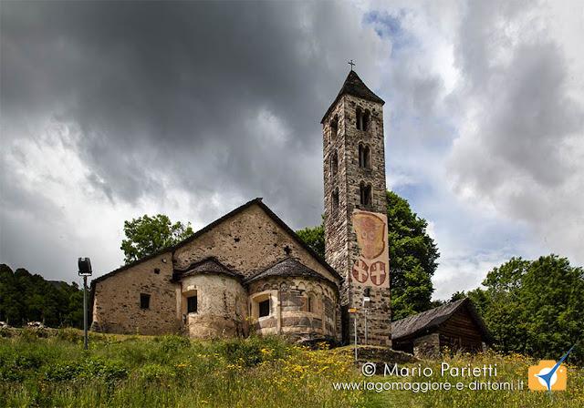 Vista esterna della chiesa di san Carlo a Negrentino, salendo da Prugiasco