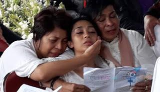 Antarkan Anak ke Peristirahatan Terakhir, Karen Idol Menangis dan Nyaris Pingsan