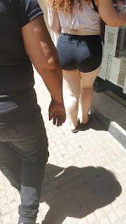 Sexy pelirroja licra entallada marca tanga