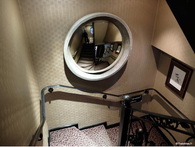 déco escalier moquette imprimé florale, miroir de sorcière convexe, Mews Bar Restaurant Londres