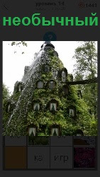 Необычный дом покрытый мхом от крыши до основания, только видны окна