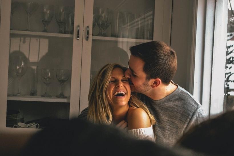 Το γέλιο λειτουργεί ως πηγή ζωής για εμάς και τους γύρω μας. Μπορεί να μη  νιώθεις καλά και με τη σκουντούφλα ενός φίλου στο δρόμο ή με το γελοίο  ανέκδοτο ... 3bdb44099ab