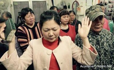 Mujer cristiana china orando por crecimiento de cristianos