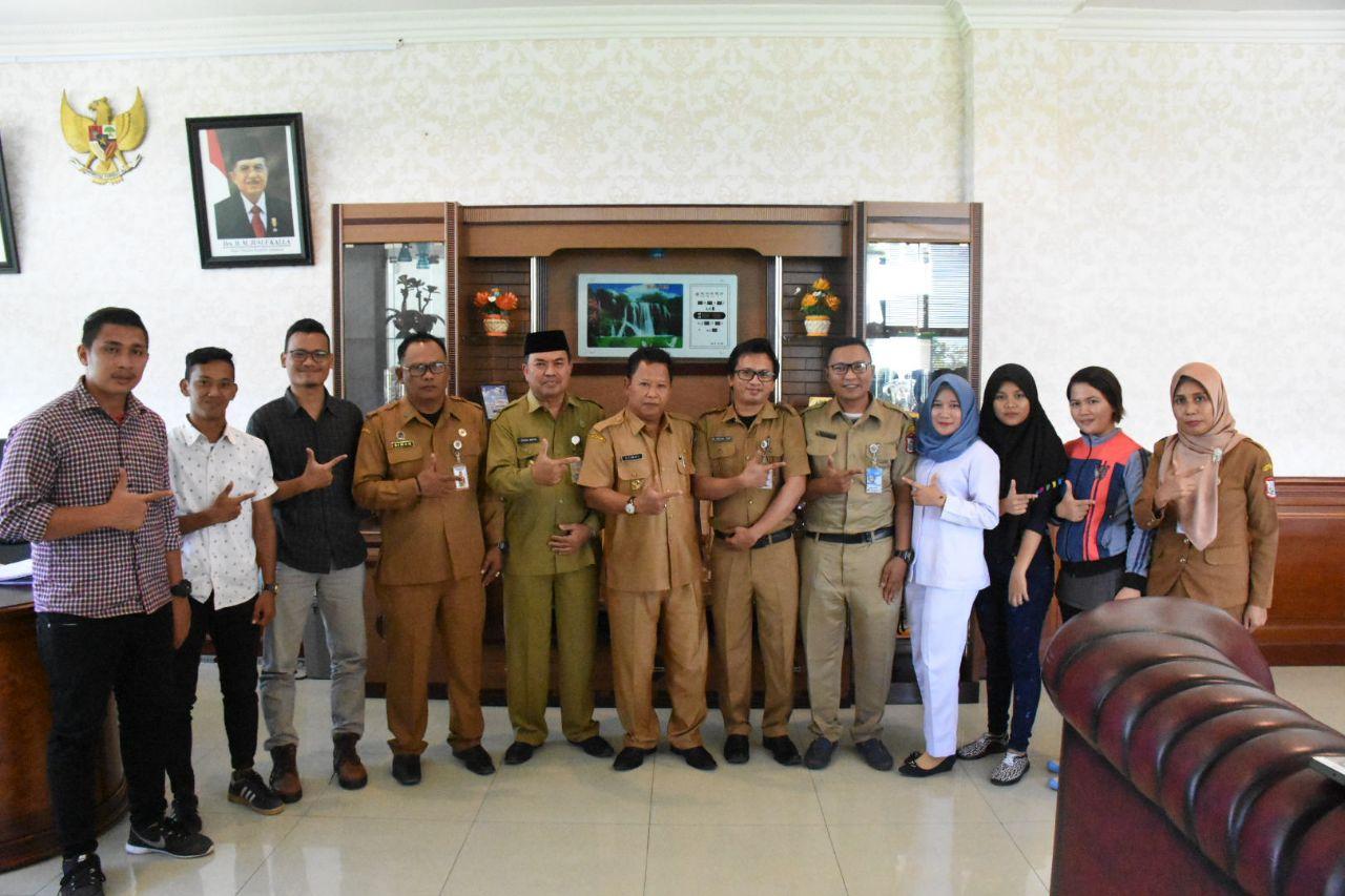 Wakil Walikota Tanjungbalai Drs H Ismail berphoto bersama dengan pengurus PUMATA FC usai audensi di ruang kerjanya.