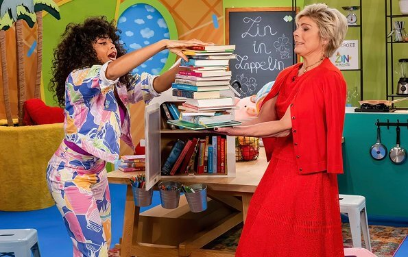 Princess Laurentien opened the digitally National Reading Days.  Princess Laurentien wore a new red dress and jacket from Jomanda