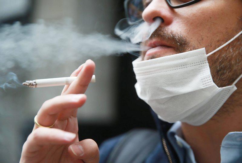 Médicos comentan informe sobre el impacto del coronavirus en fumadores