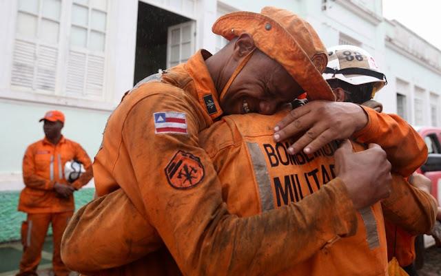 Bombeiros se abraçam após fogo ser extinto na Chapada Diamantina, na Bahia (Foto: Paula Fróes/GOVBA)