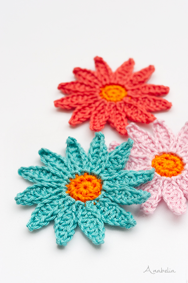 Daisy flower crochet necklace by Anabelia Craft Design
