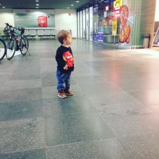 Kleinkind am Bahnhof