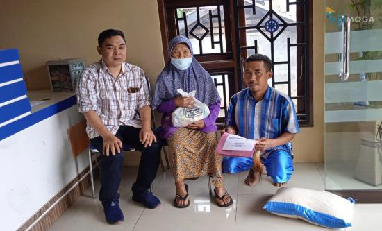 Peduli Dampak Covid-19, BKAD UPK Pulosari Bagi-bagi Paket Sembako untuk Warga Kurang Mampu