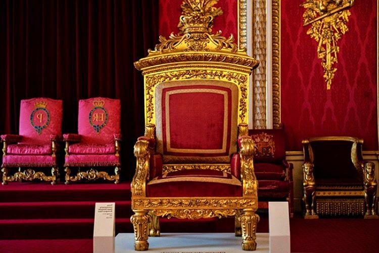 Buckingham Sarayı'nın taht odası, ziyaretçileri tarafından en çok merak edilen ve görülmek isteyen odalardan biridir.