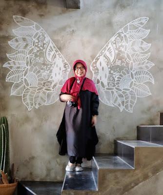 coffe shop di surabaya, cafe di surabaya, woman, ootd di cafe bagus surabaya