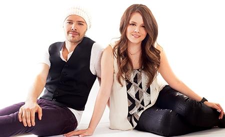 Foto de Jesse y Joy posando sentados