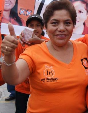 Foto de Luz Salgado vestida de naranja