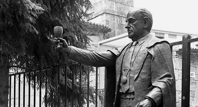Cambados retira la escultura de Manuel Fraga