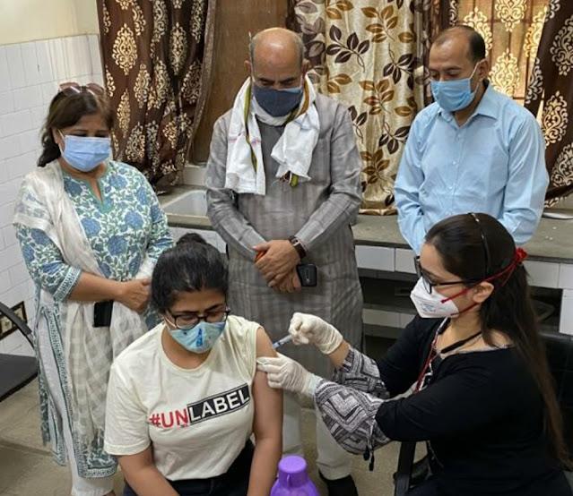 कैबिनेट मंत्री मूलचंद शर्मा ने 18 वर्ष से ऊपर के युवाओं को कोरोना वैक्सीन लगाए जाने के अभियान की शुरुआत की