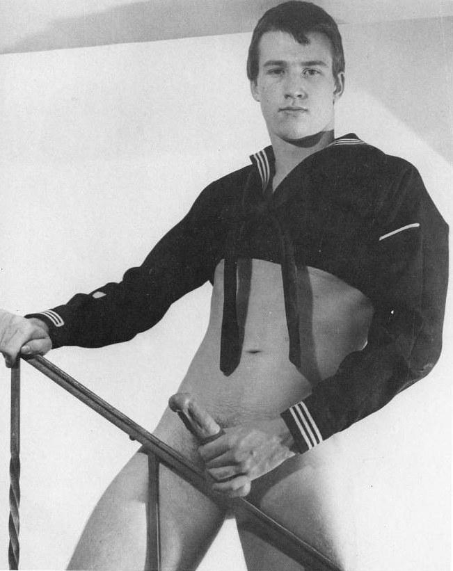 capitán de la marina de civil desnudo