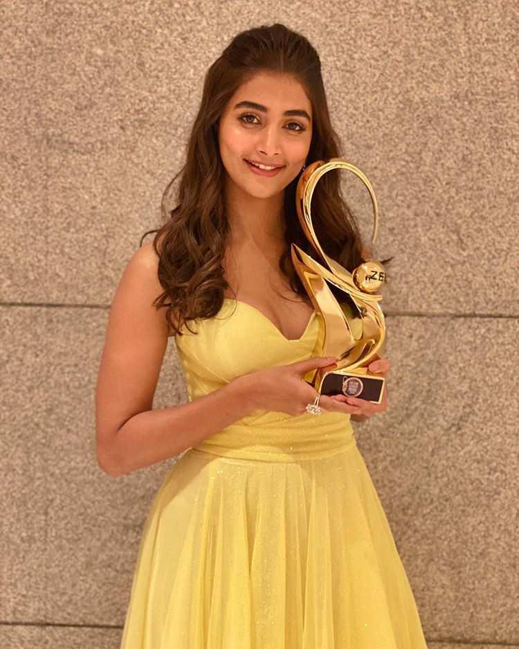Pooja Hegde win Zee award show