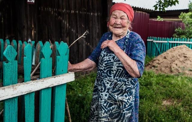 Я дала бабушке, которая просила дать «хоть копеечку» на хлеб, 1000 рублей и решила посмотреть, как она их потратит