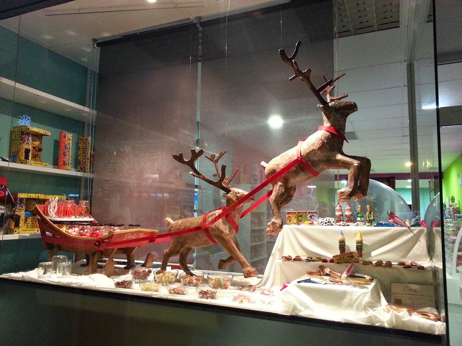 Escaparate navideño fantasia, chucherias y chocolate trineo santa claus y renos