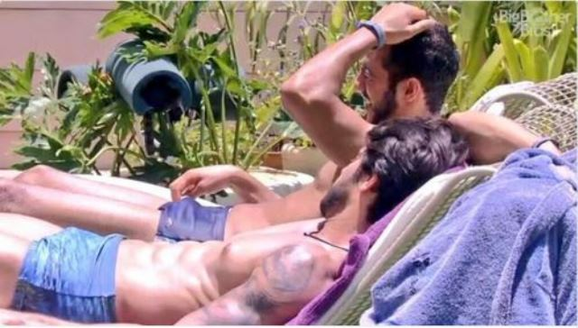 Renan Oliveira do BBB16 olhando para volume da sunga de Daniel