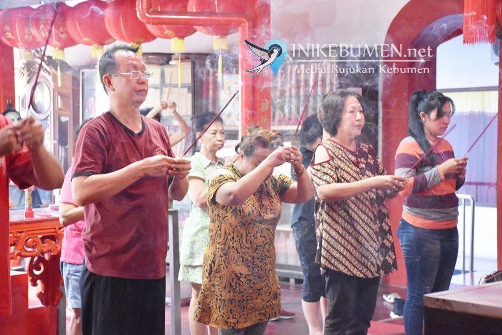 Jelang Imlek, Warga Tionghoa Kebumen Gelar Upacara Antar Roh Suci Para Dewa