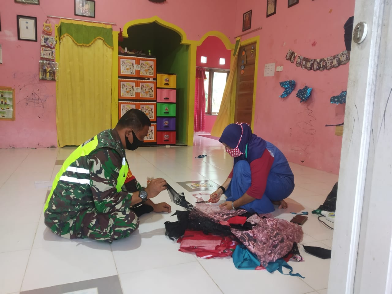 Babinsa Kelurahan Bandarsyah Lakukan Komsos Dengan Pengrajin Pembuat Masker Dari Perca kain Bekas