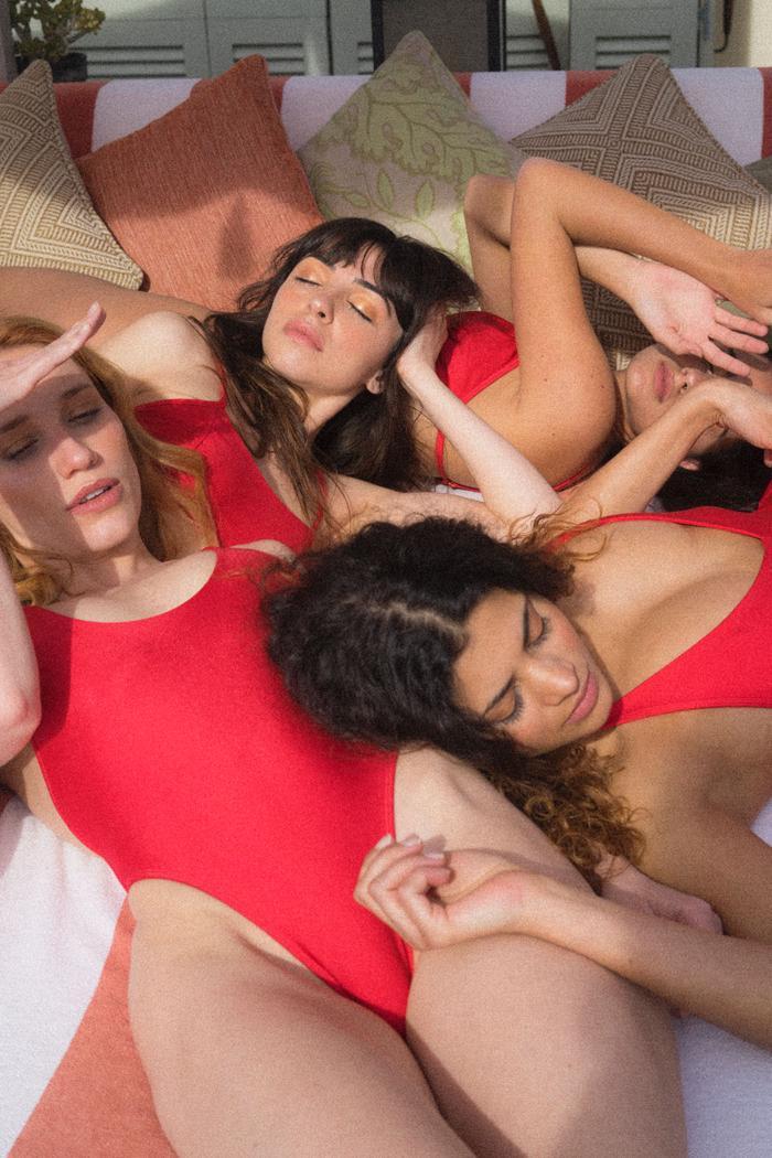 Девушки в одной кровати