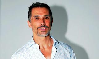 El actor Sergio Mayer desmiente a Paty Manterola tras revelar que el no cantaba.