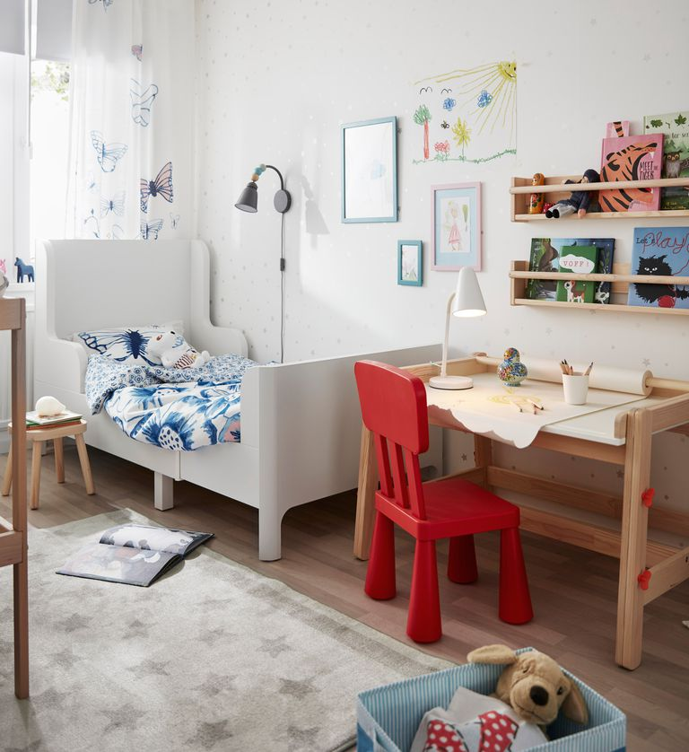novedad catálogo ikea 2020 the lab home Polonia dormitorio infantil estructura de cama blanca y silla roja