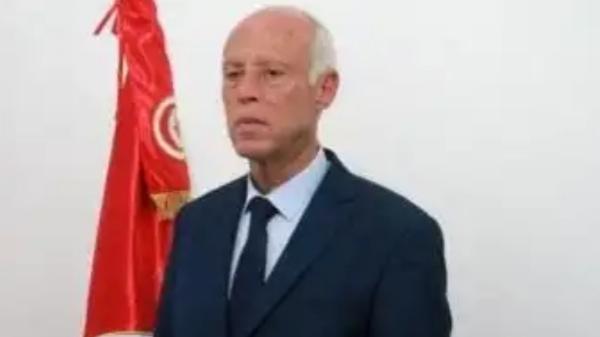 """فقدان بصر وإغماء، الرئاسة التونسية تكشف تفاصيل """"الظرف المسموم""""…"""