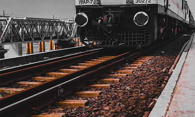 why-are-there-stone-pieces-on-train-tracks