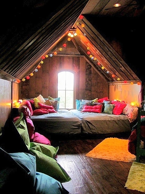 15 cozy reading nooks for Cool attic room ideas
