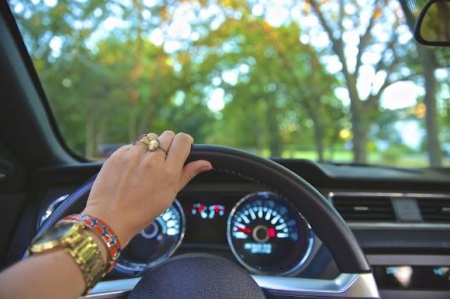ड्राइविंग मनोरंजन का साधन नहीं, सड़क पर गाड़ी को लेकर हो जाएँ सावधान!