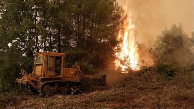 Οι φλόγες συνεχίζουν να κυκλώνουν χωριά της Εύβοιας