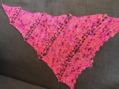 Echarpe asymétrique au crochet (patron: simplycrochet // laine: The Wool Kitchen)