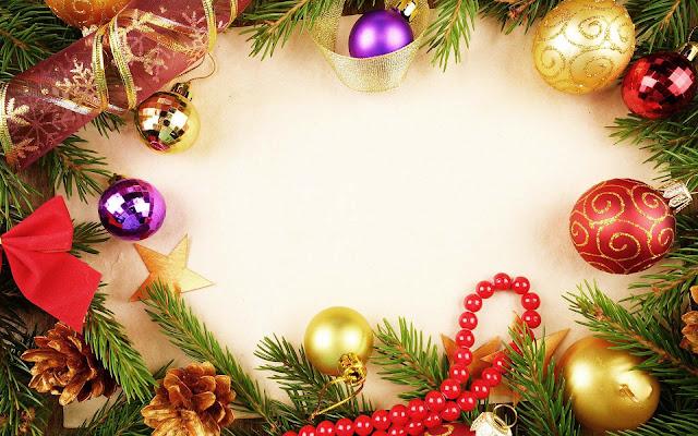 Gekleurde kerstballen, kralen en dennentakjes