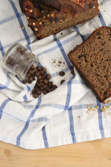 Cuillère et saladier : Banana bread sarrasin et café à l'aquafaba