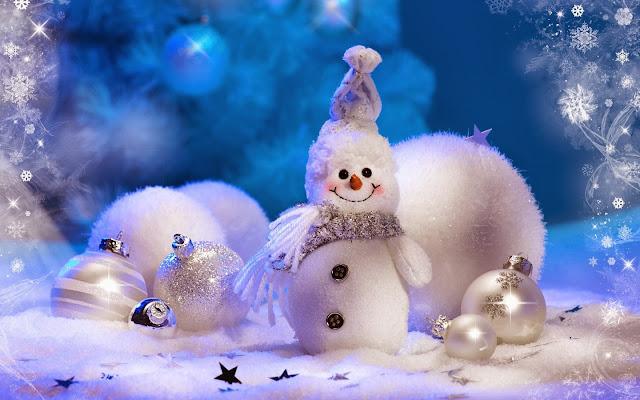 Kerstdecoratie met sneeuwpop en ballen