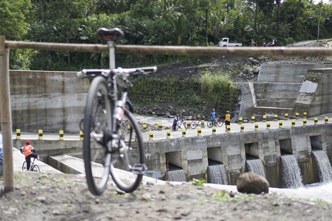 Fasilitas parkir sepeda terbuat dari bambu