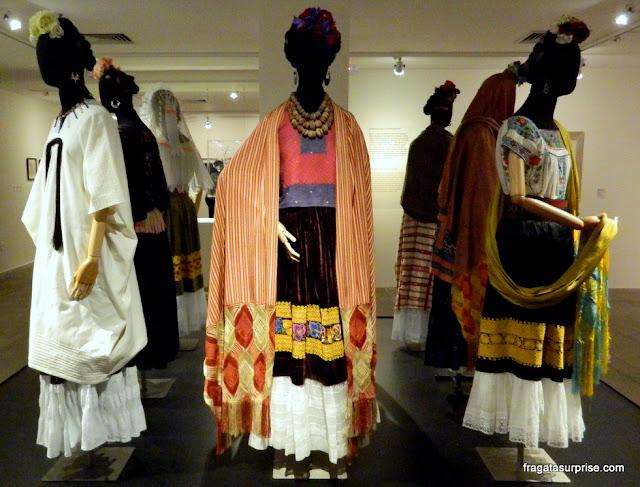 Trajes típicos mexicanos usados por Frida Kahlo na exposição Conexões entre Mulheres Surrealistas no México, Caixa Cultural, Brasília