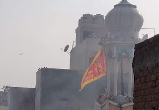 Masjid Badi di india di bakar dan di pasang bendera hanoman di menaranya